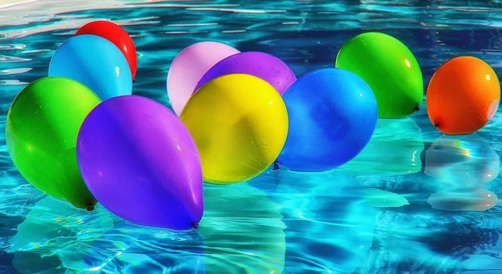 ballon de baudruche dans une piscine