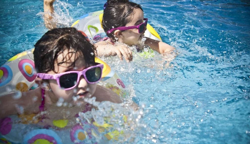 enfant s'amusant dans une piscine