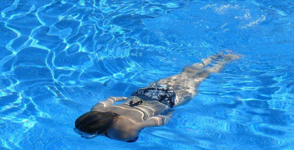 femme-qui-nage-dans-une-piscine